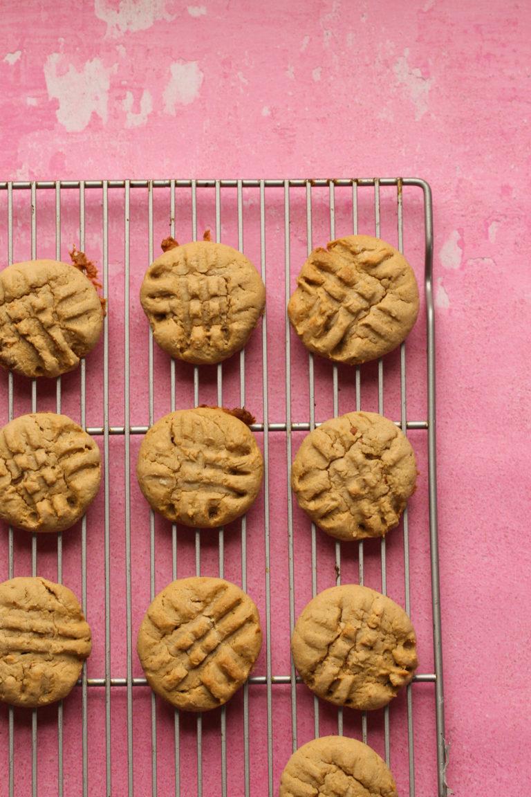 galletas de mantequilla de maní en una rejilla para enfriar