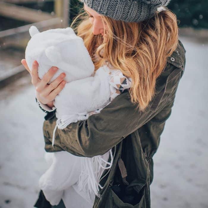 Mamá con bebé en traje de nieve: el mejor equipo de invierno para bebé