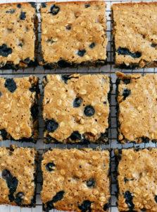 ¡Estas deliciosas barras de desayuno Blueberry Oatmeal son una opción rápida de desayuno o merienda para llevar que son saludables, amigables para los niños y súper fáciles de preparar!