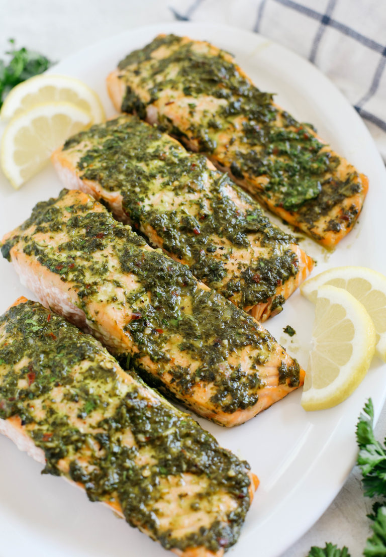 ¡Este salmón horneado con chimichurri deliciosamente FÁCIL es la cena perfecta entre semana que es saludable, fácil de preparar y lista en solo 20 minutos!