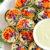 ¡Estos coloridos Rollos de Verduras Rainbow son saludables, crujientes y cargados con toneladas de verduras frescas junto con un delicioso Aderezo de Aguacate y Jengibre para mojar o rociar!