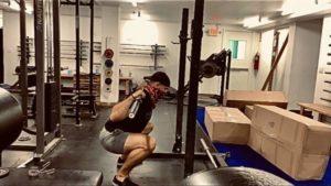 Cómo mantenerse erguido durante una sentadilla - Fitness, fitness, back squat, postura, ejercicio correctivo, entrenamiento en línea, abdominales transversales, cuádriceps, coordinación, abdominales, sentadillas frontales, fuerza de glúteos, parte superior de la espalda, oblicuos, conciencia sensorial, estabilidad central