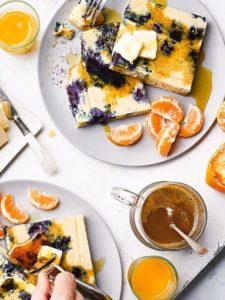 Panqueques en láminas de suero de leche con limón y arándanos