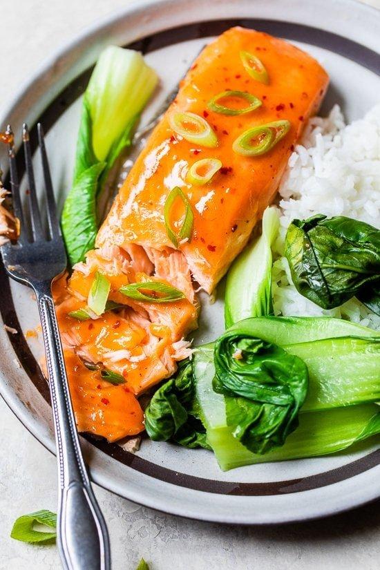 Salmón al horno dulce y picante con arroz y bok choy.