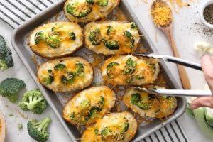 Patatas al horno dos veces con brócoli y queso en una sartén