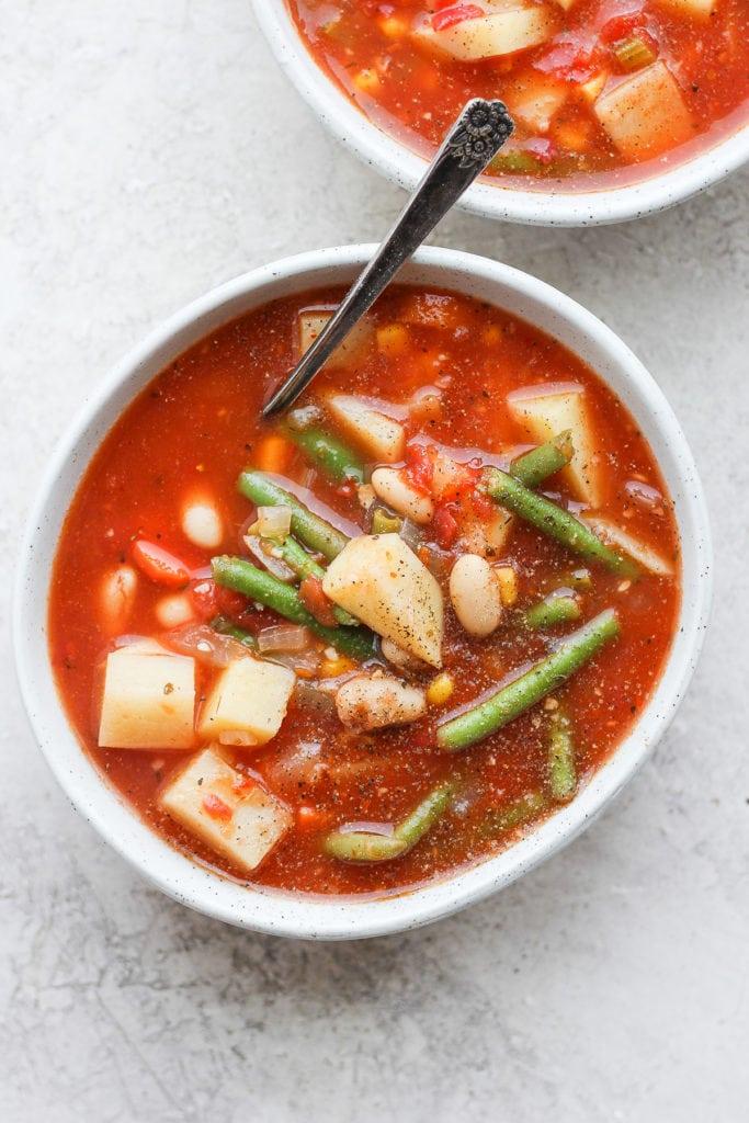 Dos cuencos de sopa de verduras.